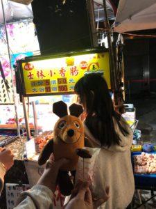Die Wurst hat der Maus auf dem Shilin-Nachtmarkt geschmeckt