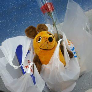 Die Maus hat am Lehrertag viele Geschenke für den Lehrer.