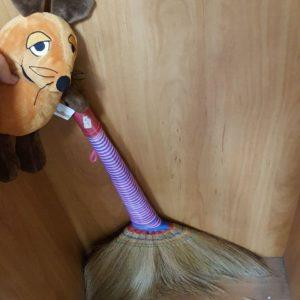 Die Maus putzt das Klassenzimmer.