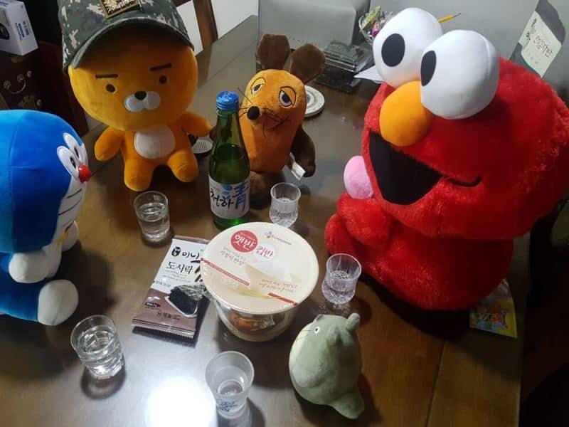 Die Maus, Elmo, Totoro und Lion trinken Soju