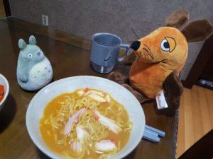 Totoro kocht ramyeon für die Maus