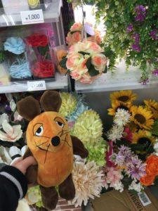 Die Maus kauft Blumen.