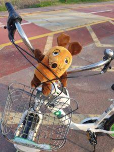 Die Maus leiht sich ein Fahrrad aus.