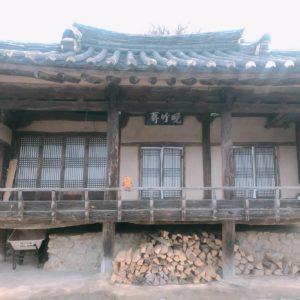 Haus mit Ziegeldach (Kiwa-Haus)