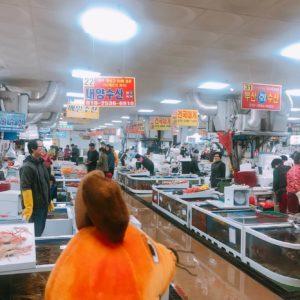 Die Maus geht zum Fischmarkt.