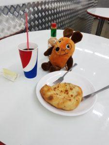 Die Maus isst in Costco.