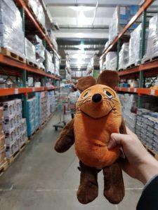 Die Maus kauft in Costco ein.