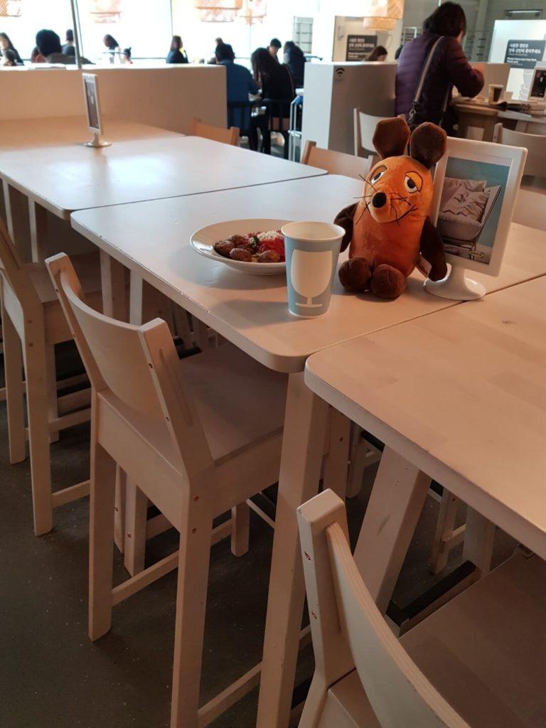 Die Maus isst im Ikea-Restaurant