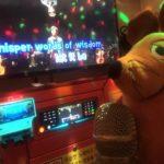 Die Maus singt in Karaoke.
