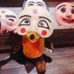 Die Maus probiert eine koreanische Maske an.